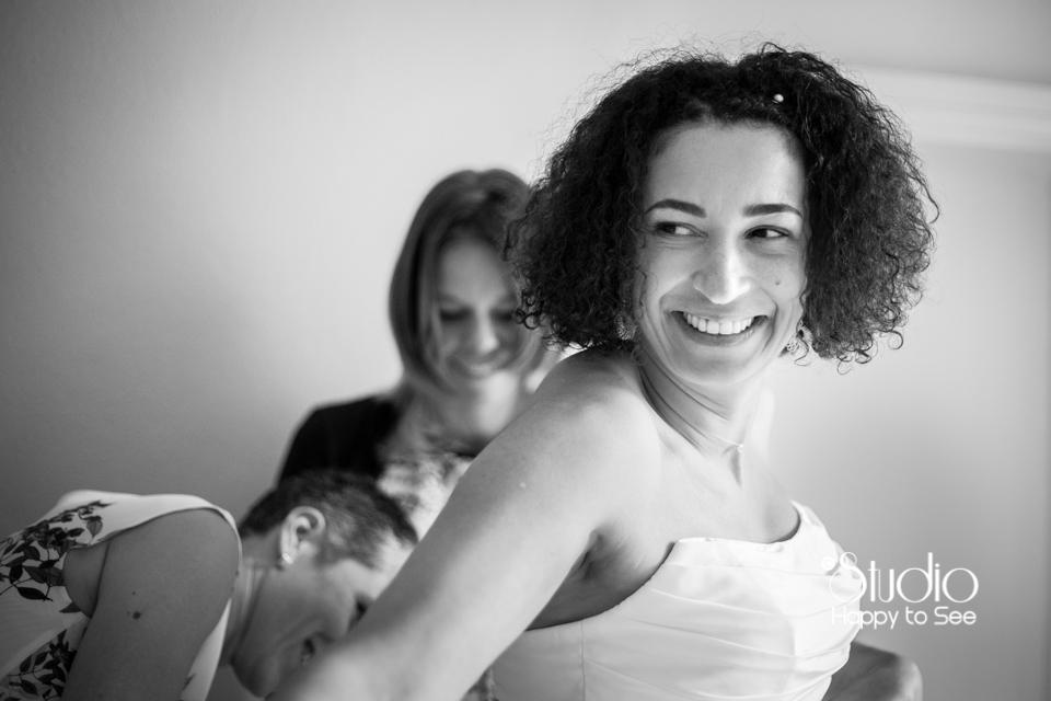 Habillage mariée au Moulin à Vent photographe de mariage dans le Tarn