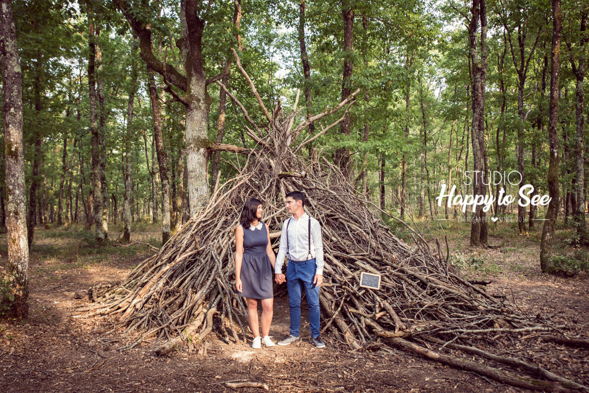seance photo de couple avant mariage dans une foret avec un tipi