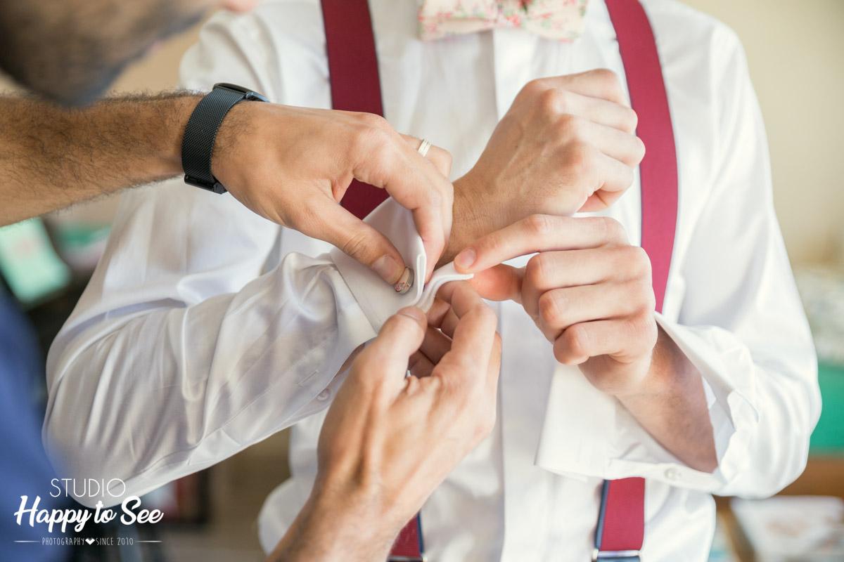 Habillage du marie boutons de manchette costume bretelles Photographe Mariage