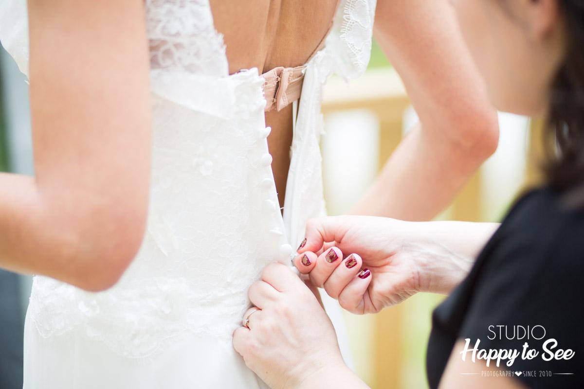habillage de la robe de mariee