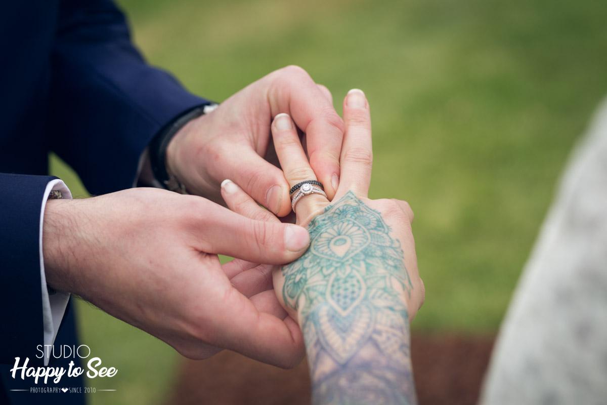 ceremonie laique mariage rock Domaine-denfargou alliances mohedano