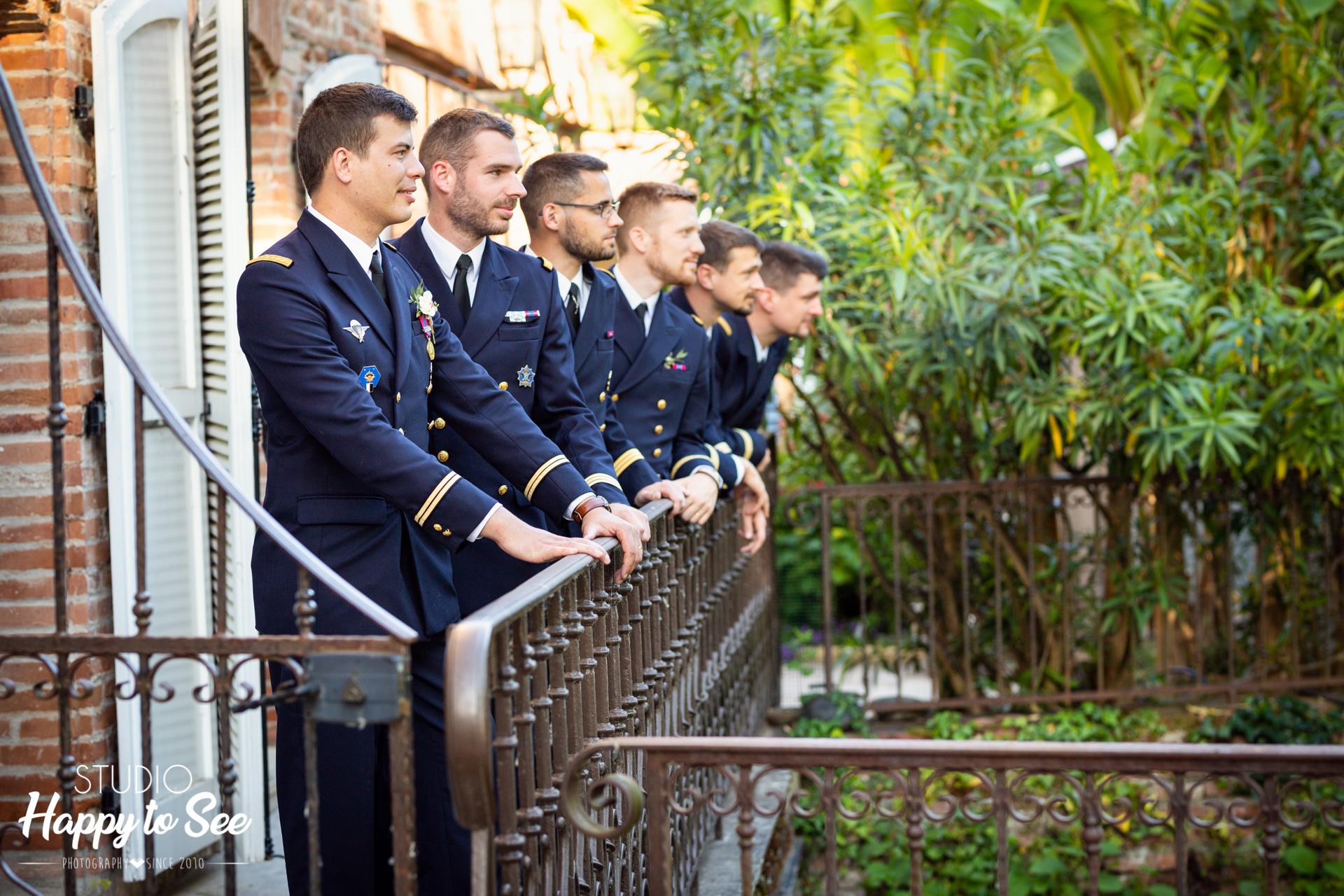 mariage en costumes militaires