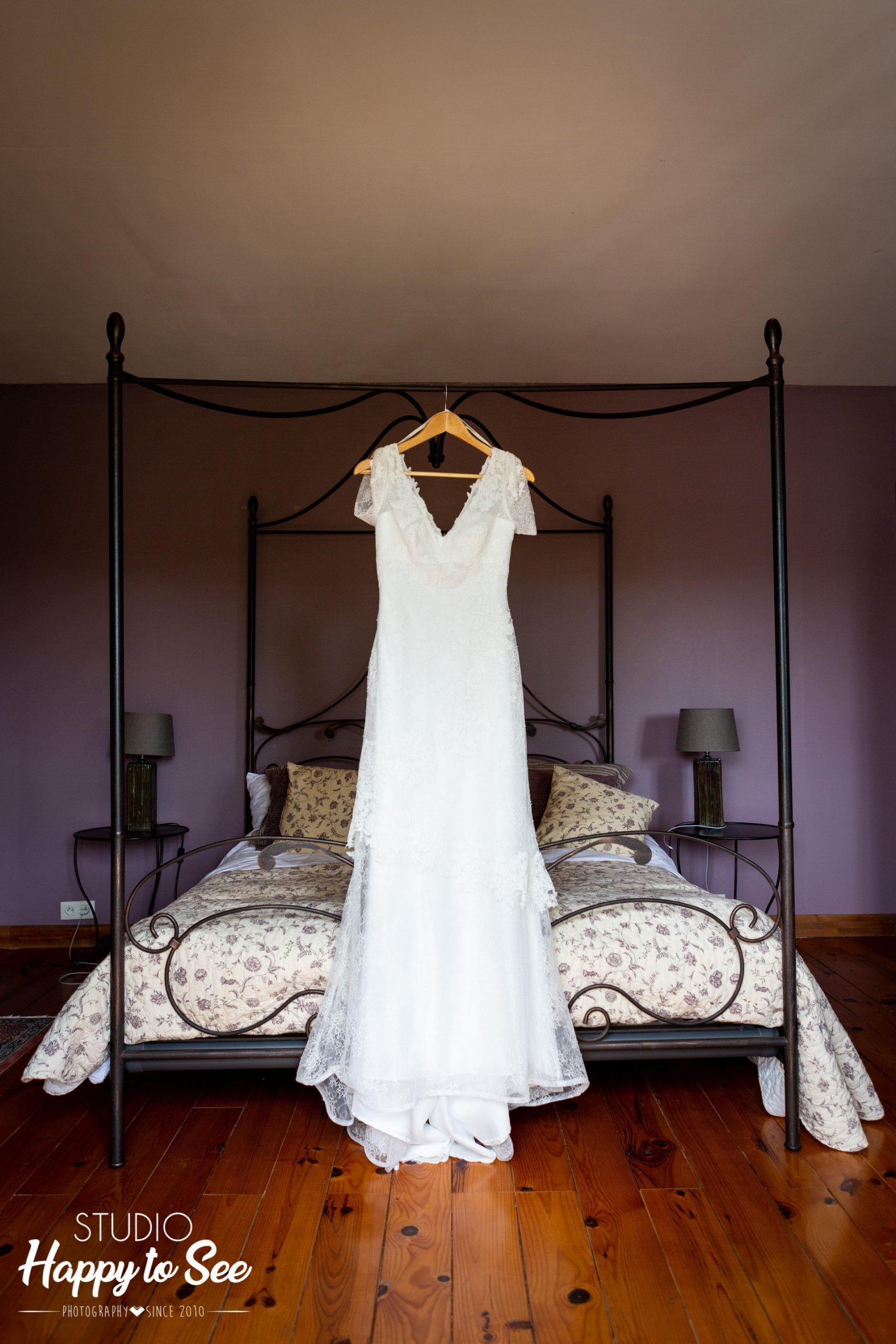 Mariage sur un air de Toscane preparatifs domaine gayda Robe de mariee suspendue