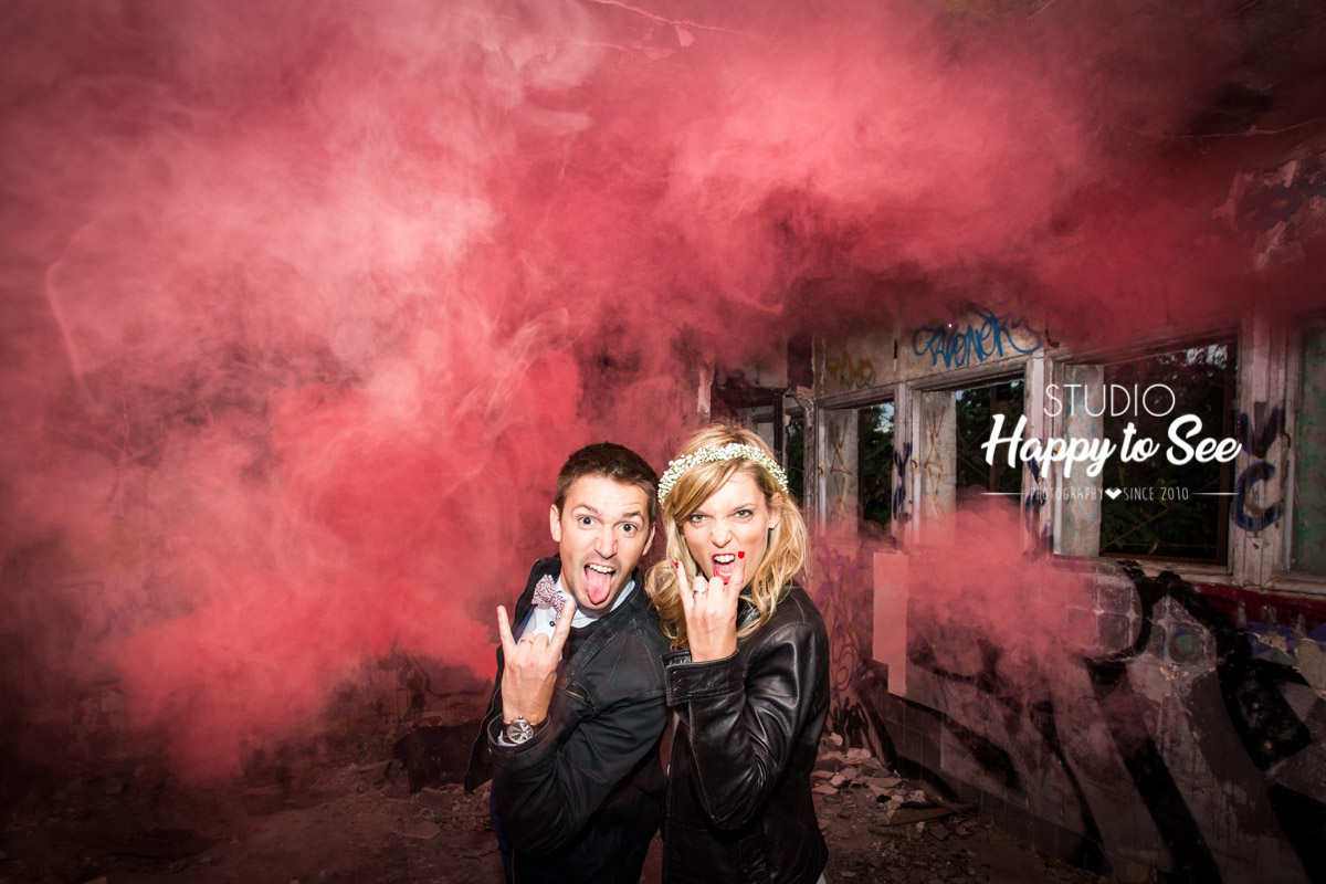 seance photo trash the dress rock n roll dans un lieu street art avec des fumigènes